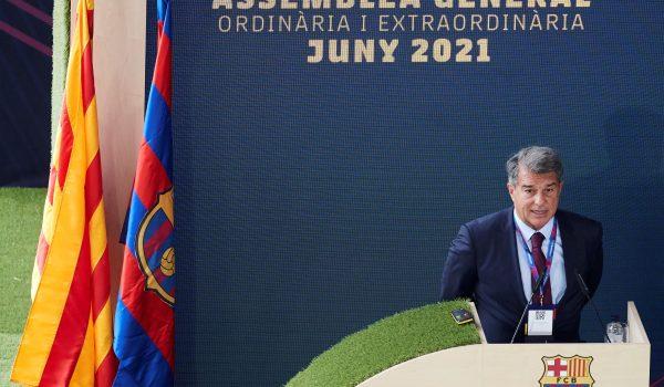El presidente del FC Barcelona Joan Laporta durante la Asamblea General extraordinaria del club este domingo 20 de junio en el Nou Camp. Foto Prensa Libre: EFE.