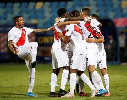 Jugadores de Perú celebran una de las dos anotaciones ante Colombia, durante un partido por el grupo B de la Copa América en el Estadio Olímpico Pedro Ludovico Teixeira, en Goiania (Brasil). FOto Prensa Libre: EFE.