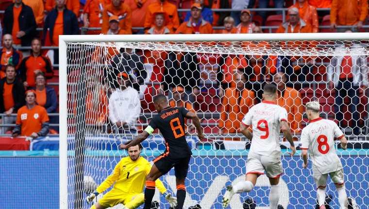 Georginio Wijnaldum (2D) de Holanda marca uno de los dos goles ante Macedonia del Norte. Foto Prensa Libre: EFE.