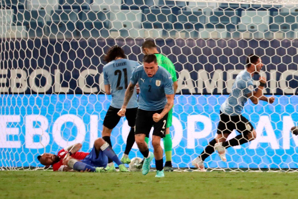 Uruguay respira con un autogol de Vidal, que le da el empate contra Chile