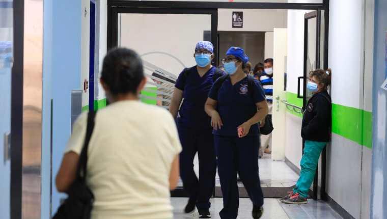 Las áreas de covid-19 de los hospitales San Juan de Dios y Roosevelt están llegando a su capacidad, debido al incremento de casos. (Foto Prensa Libre: Élmer Vargar)
