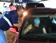 Miles de guatemaltecos están a la espera de ser vacunados con segunda dosis. (Foto Prensa Libre: Carlos Hernandez Ovalle)