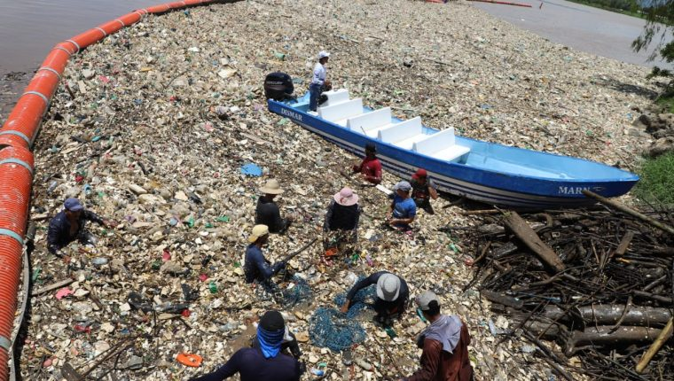 Las biobardas han ayudado a disminuir la basura que llega del Motagua a Honduras; sin embargo, ese país dice que no es suficiente. (Foto: Marn)
