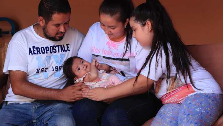 Marcelita necesita ayuda urgente para salvarse debido a una extraña enfermedad. (Foto Prensa Libre: Élmer Vargas)