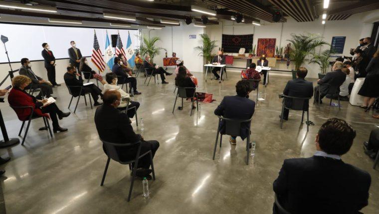 La vicepresidenta de EE. UU., Kamala Harris, se reúne con líderes de la sociedad civil en Guatemala. (Foto Prensa Libre: Esbin García)