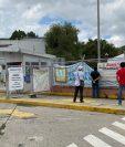 Familiares de pacientes con coronavirus buscan información en el hospital del Parque de la Industria. (Foto: Prensa Libre: Élmer Vargas)