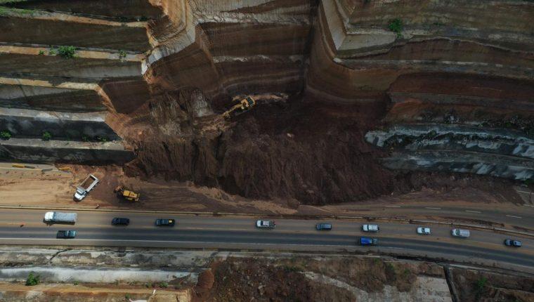 Los derrumbes de grandes dimensiones en el Libramiento de Chimaltenango ponen en riesgo a quienes transitan por ese lugar. (Foto Prensa Libre: Élmer Vargas)