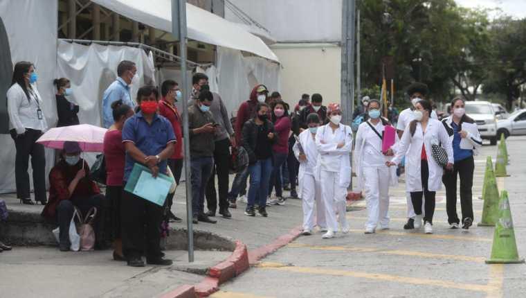 El Ministerio de Salud ofreció ampliar en las próximas semanas el rango de edad para poder vacunarse. (Foto Prensa Libre: Érick Ávila)