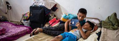 Niños migrantes reciben clases virtuales mientas se encuentran en el refugio en Matamoros. (Foto Prensa Libre: AFP)