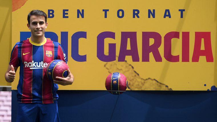 Eric García posa durante su presentación como nuevo jugador del FC Barcelona. Regresa a casa después de militar en el Manchester City. Foto Prensa Libre: AFP.
