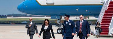 Un problema técnico en el Air Force Two obligó a Kamala Harris a regresar a la base militar luego de pocos minutos de haber despegado.  (Foto Prensa Libre: AFP)