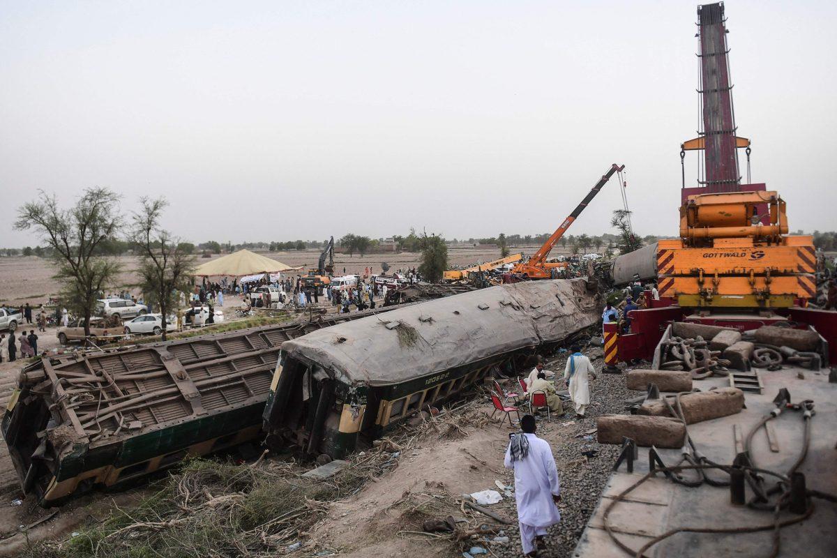 Tragedia en Pakistán: las impresionantes imágenes de los trenes que chocaron de frente y dejaron decenas de muertos