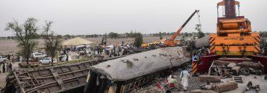 El accidente se produjo de madrugada cuando el convoy Millat Express descarriló y cayó sobre otra vía, provocando así la colisión con el Sir Syed Express. (Foto Prensa Libre: AFP)