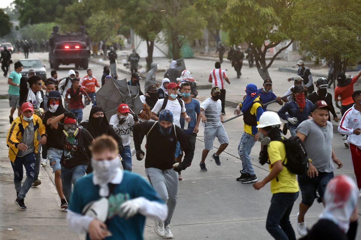 Se enfrentan manifestantes y policía en Barranquilla mientras se juega el Colombia vs. Argentina