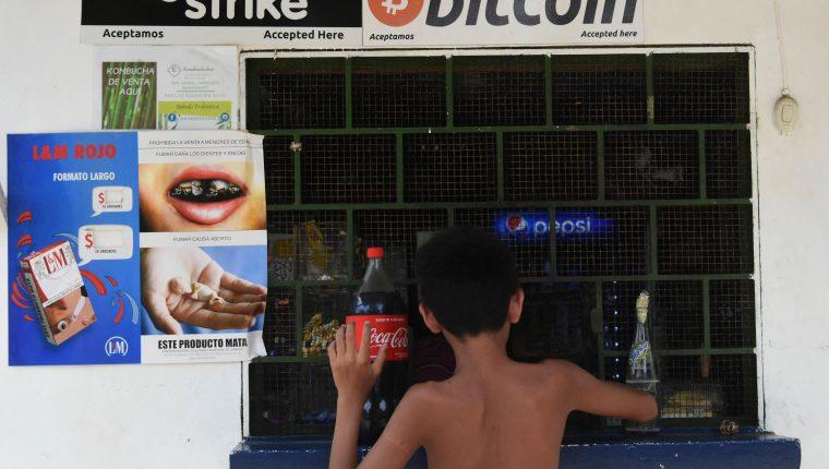 Pequeños comercios y tiendas aceptan, desde hace años, esta criptomeda como intercambio legal. (Foto Prensa Libre: AFP)