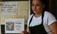 Celina Fuentes comenta que, a pesar de no saber nada sobre bitcóins al comienzo, se ha tenido una buena experiencia. (Foto Prensa Libre: AFP)