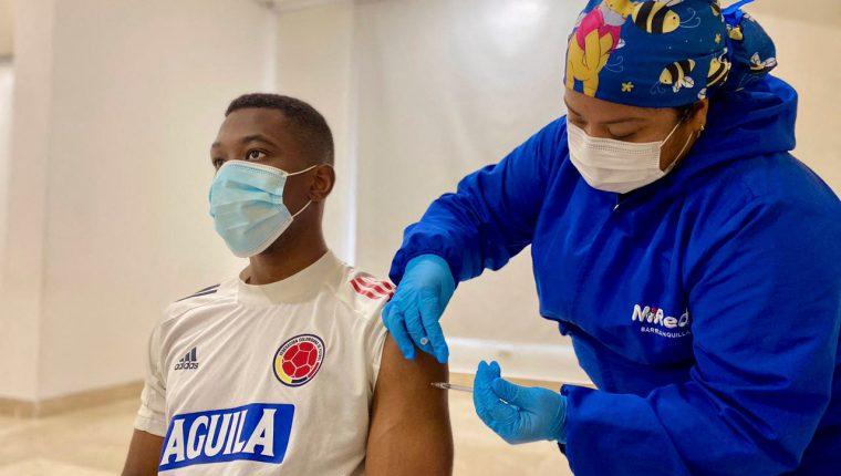 Carlos Cuesta, de la Selección de Colombia, recibe la vacuna contra Covid-19 ante de participar en la Copa América 2021. (Foto Prensa Libre; AFP).