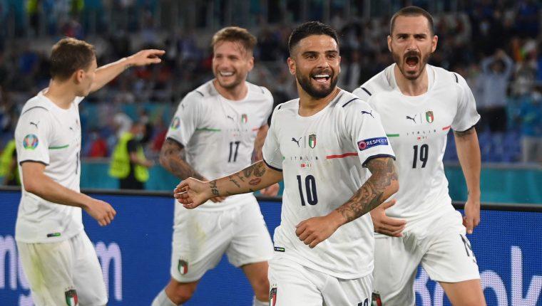Lorenzo Insigne celebra el tercer gol de Italia en el triunfo frente a Turquía, en el inicio de Eurocopa 2020. (Foto Prensa Libre: AFP).