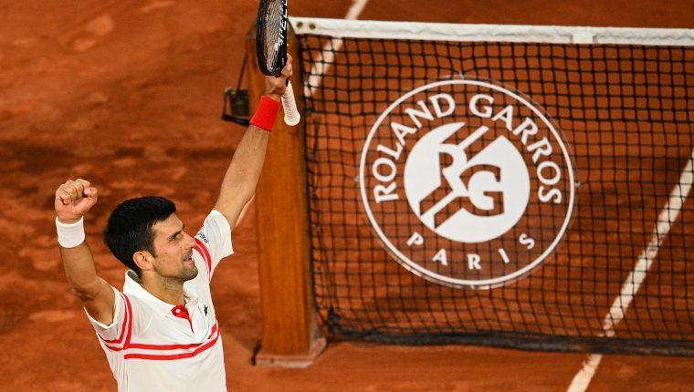 El serbio Novak Djokovic celebra después de superar a Rafael Nadal en las semifinales de Roland Garros. (Foto Prensa Libre: AFP).