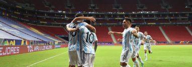 Los jugadores argentinos celebran con Guido Rodríguez el único gol del partido. (Foto Prensa Libre: AFP)