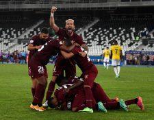 Los jugadores venezolanos celebran el empate ante Ecuador que los mantiene con vida en la Copa América. Foto Prensa Libre: AFP.