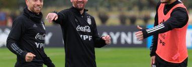 Hubo varios regalos para Leo Messi, un perfume, yerba mate, bebidas y ropa cara.  (Foto Prensa Libre: AFP)
