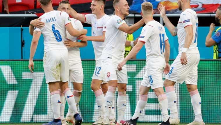 Jugadores de Chequia celebrando el pase a cuartos de final. (Foto Prensa Libre: AFP)