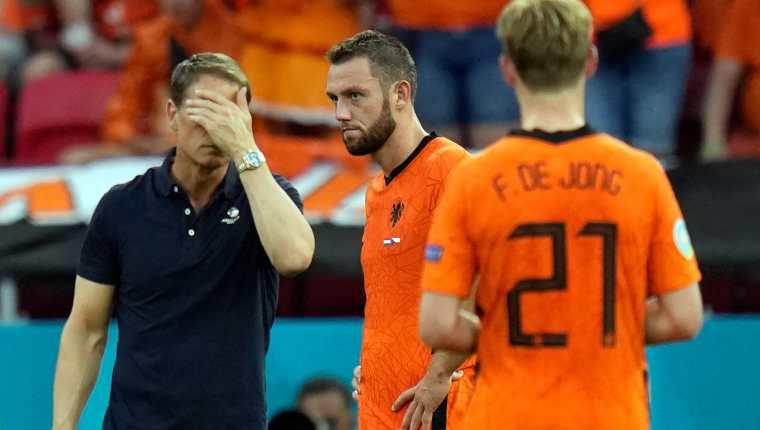 Frank de Boer (I) reacciona cerca de Stefan de Vrij después de haber caído en octavos de final con República Checa. Foto Prensa Libre: AFP.