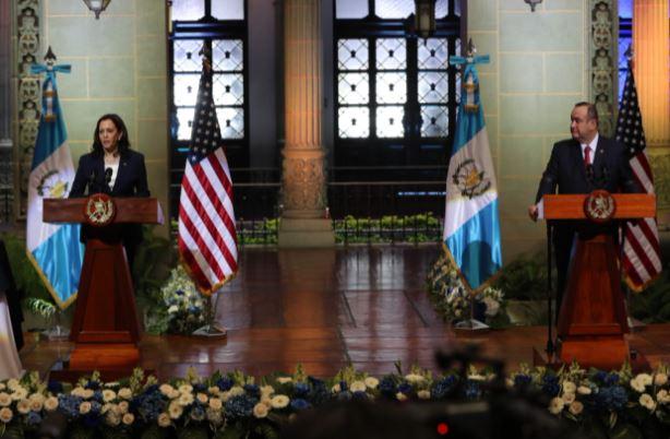 Las preguntas sobre corrupción que incomodaron a Alejandro Giammattei durante la visita de Kamala Harris a Guatemala