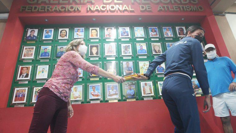 Christa Schumann le pasa la estafeta a Mariandreé Chacón como protagonista de la velocidad en Guatemala. (Foto Federación de Atletismo).