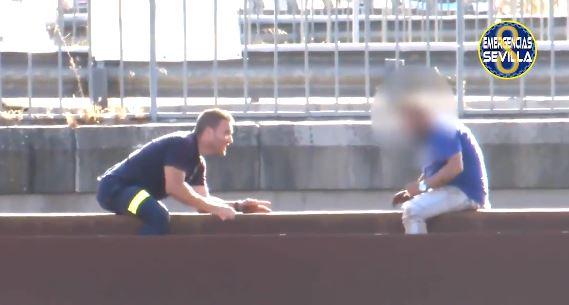 La técnica que aplicó un bombero para evitar que un hombre saltara al vacío