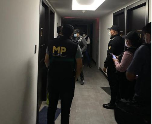 Investigadores del MP en cateo en el Centro Histórico de la capital por caso de abuso contra menores. (Foto Prensa Libre: MP)
