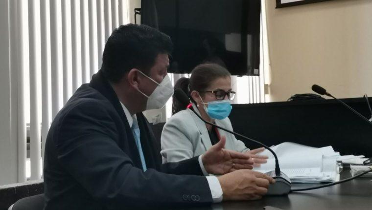El exdiputado Estuardo Galdámez logra que la audiencia en la que sería señalado de enriquecimiento ilícito sea suspendida. (Foto Prensa Libre: Edwin Pitán)