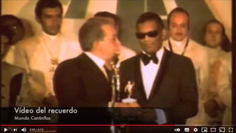 """Cantinflas"" le entregó un premio al cantante Ray Charles en 1970. (Foto Prensa Libre: Captura de pantalla de video de YouTube)"