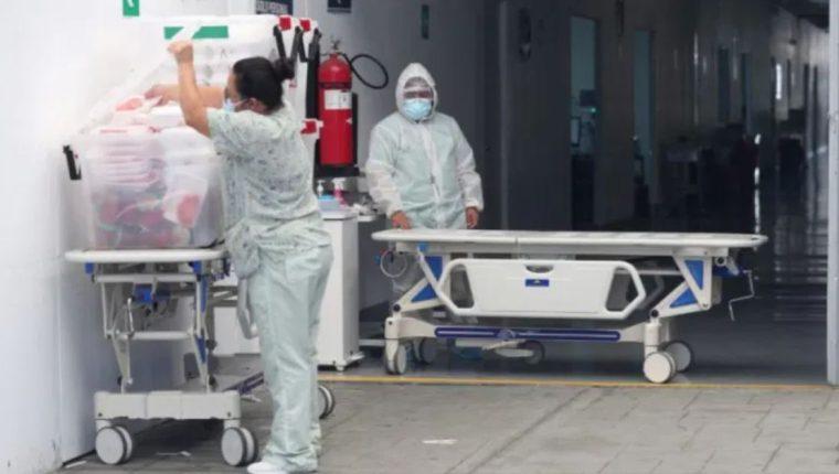 Enfermeros se preparan para asistir a pacientes en cuidados intensivos en el Hospital Temporal del Parque de la Industria. (Foto Prensa Libre: María Reneé Barrientos)