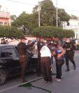 El agente de la PNC Henry Geovany Antón Madrid fue atacado en una calle de Zacapa. (Foto Prensa Libre: Bomberos Voluntarios)