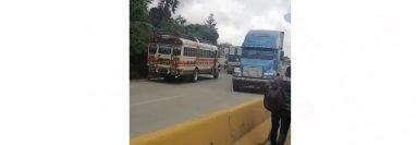 La maniobra peligrosa de los pilotos fue grabada y publicada en redes sociales, donde internautas exigen sanciones severas. (Foto Prensa Libre: Captura de pantalla de video)