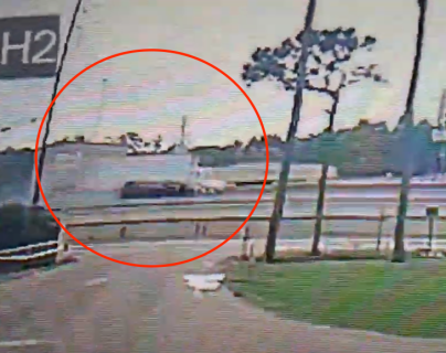 Video: camión choca fuertemente contra un vehículo y lo avienta fuera de la carretera