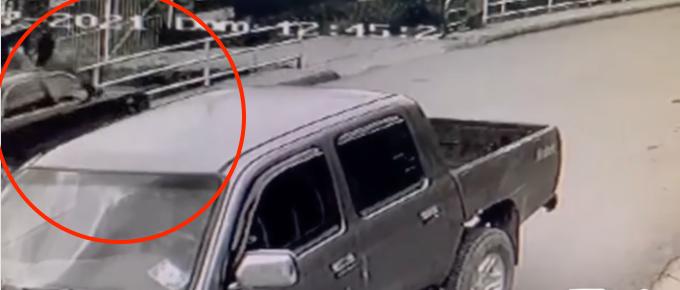 Video: carro embiste a adulto mayor y lo lanza desde un puente en Colombia
