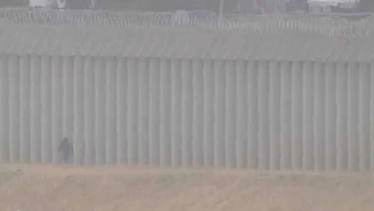 Una niña guatemalteca de 5 años fue encontrada sola en la frontera entre Tijuana, México, y San Diego, California. (Foto Prensa Libre: KUSI News)