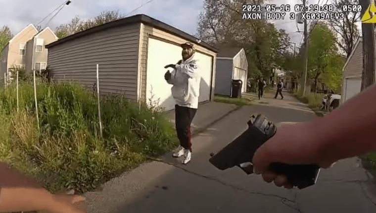 Momento exacto en el que el sospechoso abre fuego contra uno de los oficiales de policía de Chicago. (Foto: captura de video / FOX 32 Chicago)
