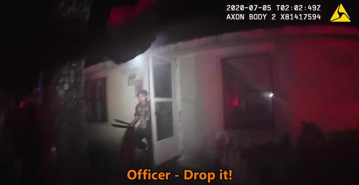 Video: El tenso momento en el que un policía dispara contra un joven armado con machete