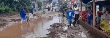 En zona 2 de Villa Nueva se evacuaron 116 personas debido a las fuertes lluvias. (Foto Prensa Libre: Conred)