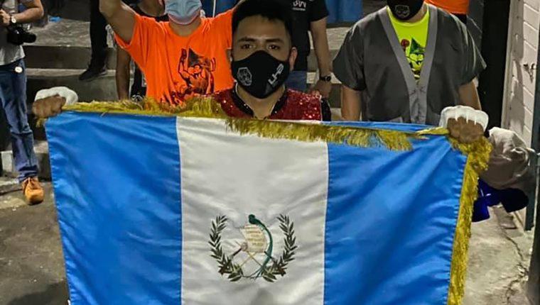Pablo Cherokee Macario muestra la bandera de Guatemala antes de arrancar la pelea del sábado en México. (Foto Escuela Profesional de Boxeo).