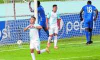 Óscar Santis, el jugador crema, está entre los convocados por Amarini Villatoro.  (Foto Prensa Libre: Érick Ávila)