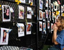Familiares colocaron fotografías de las víctimas y personas desaparecidas en derrumbe de edificio en Miami. (Foto Prensa Libre: AFP)