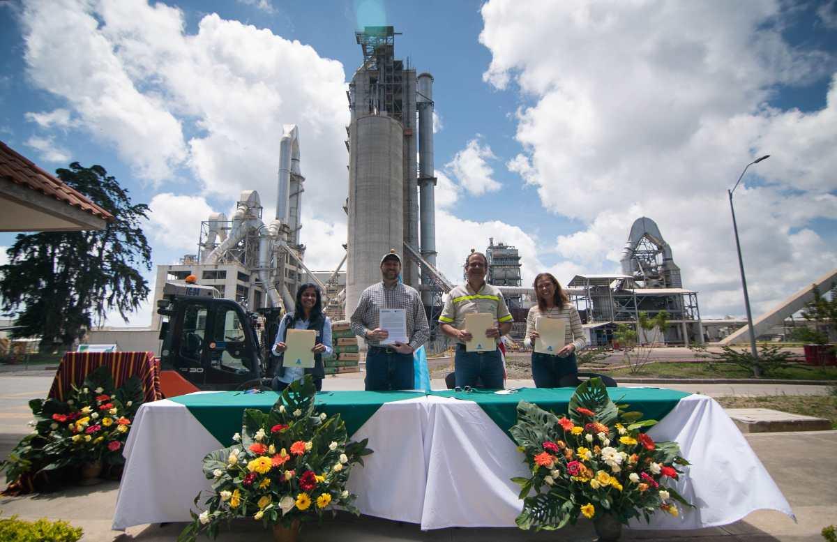 Planta de Progreso en San Juan Sacatepéquez recibe la visita de representantes del gobierno estadounidense