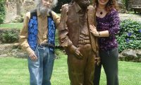 Efraín y Lorena Recinos posan junto a una estatua dedicada al artista e ingeniero. (Foto Prensa Libre: Cortesía Lorena Recinos)