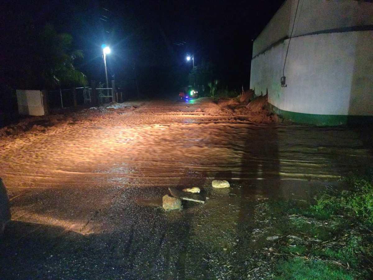 Derrumbes y calles convertidas en ríos: las lluvias saturan los suelos del país