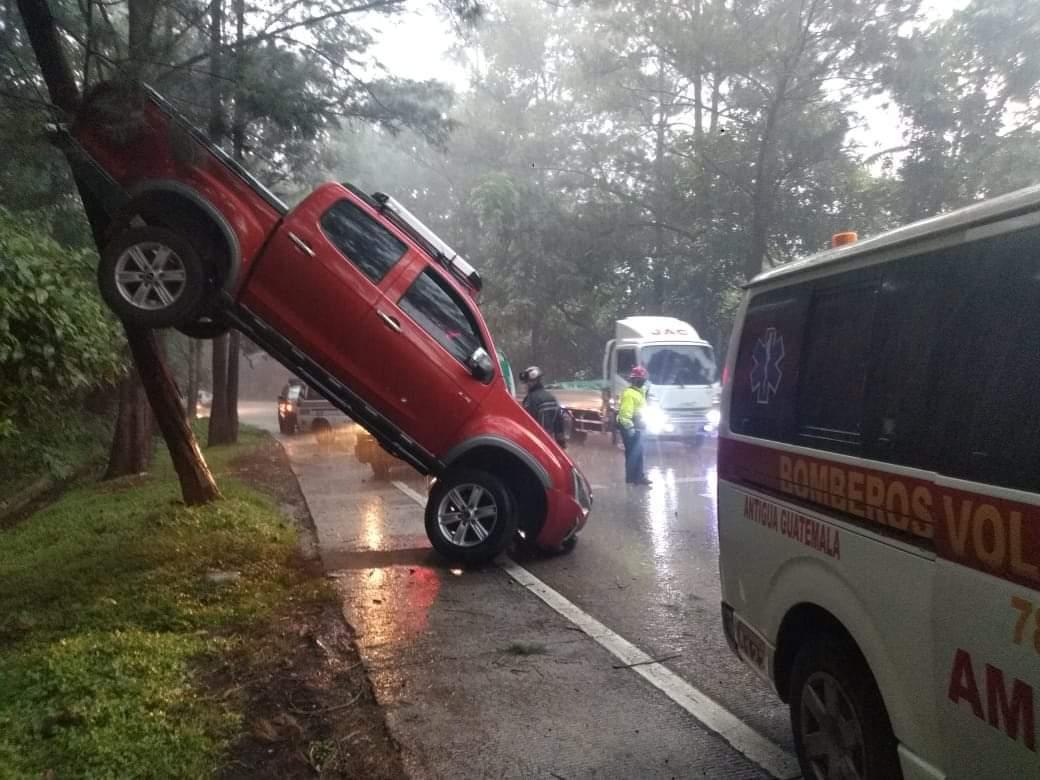 Lluvia de las últimas horas deja varios percances viales y daños materiales